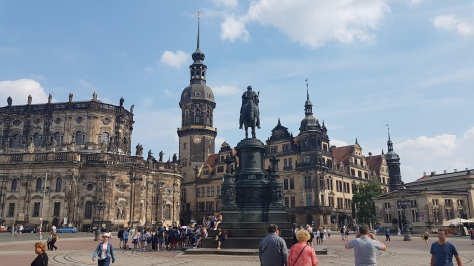 Solda Katolik Saray Kilisesi, sağda Kraliyet Sarayı.